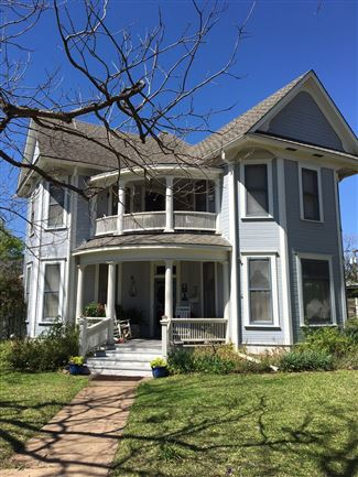 Historic home in the heart of texas taylor texas for Large victorian homes for sale